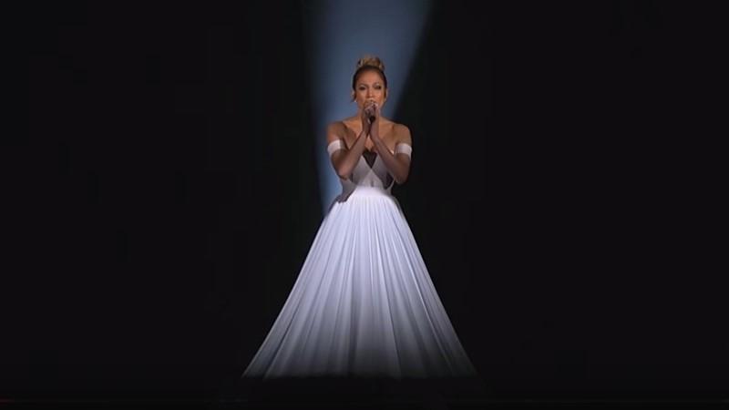 珍妮佛羅培茲穿著超長白禮服唱歌,等到燈光一打下去,所有人都看傻了…