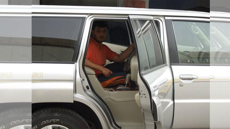 史上最腦改裝!杜拜男DIY把車變成「無人駕駛」?